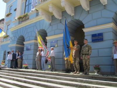Прапор України під час відкриття Петрівського ярмарку винесли військовослужбовці (ФОТО)