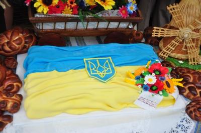 """На """"Петрівському ярмарку"""" продають торти у вигляді вишиванок та прапора України (ФОТО)"""