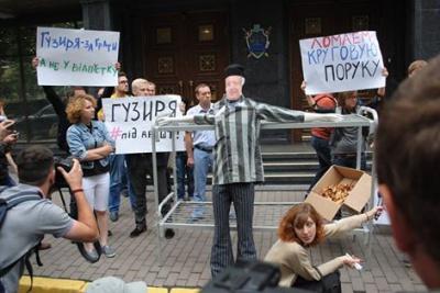 """ЗМІ: Шокін намагається """"натиснути"""" на слідчих у справі прокурорів-хабарників"""