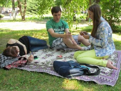 Вступники біля ЧНУ грають у карти і їдять хот-доги (ФОТО)
