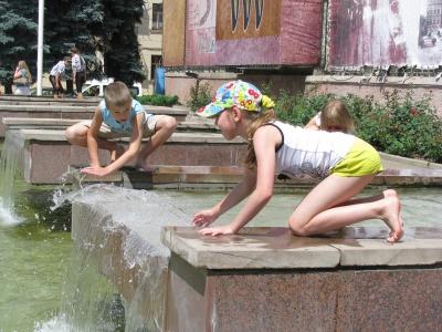 У центрі Чернівців для дітлахів відкрили брандспойти