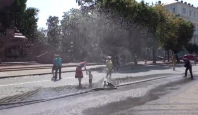 """Чернівчан """"поливатимуть"""" на вулицях щодня за 30-градусної спеки"""