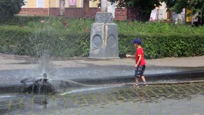На площах Чернівців установлять розпилювачі води