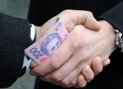 Посадовця з Буковини, який взяв хабара у розмірі 14 тисяч доларів, посадять на три роки
