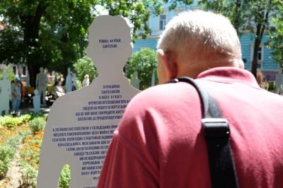 У Чернівцях відкрили арт-інсталяцію про тих, хто постраждав від торгівлі людьми (ФОТО)