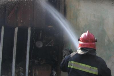 На Буковині горів автомобільний гараж: вогонь знищив машину