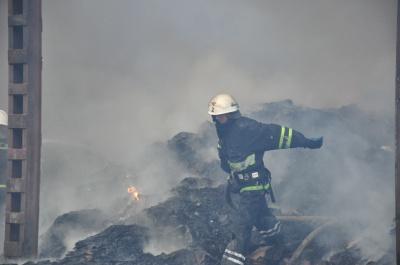 Пожежу на вул. Севастопольській у Чернівцях локалізували. Небезпеки перекидання вогню немає (ФОТО)