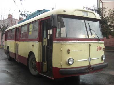 У Чернівцях через розбите дзеркало автівки паралізовано рух тролейбусів №4