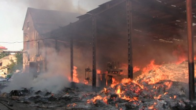 Пожежу на складі в Чернівцях гасили понад три години (ВІДЕО)