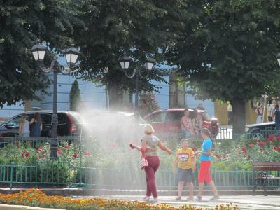 У центрі Чернівців знову запрацювали розпилювачі води (ФОТО)