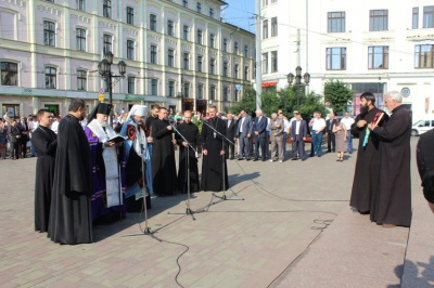До річниці утворення області у Чернівцях помолилися за мир і поклали квіти до пам'ятника