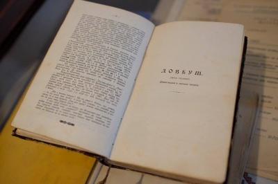 Мер Чернівців подарував музею Федьковича старовинний том творів письменника (ФОТО)