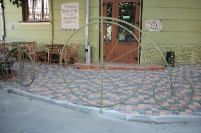 У центрі Чернівців встановили велопарковку у вигляді кованих велосипедів (ФОТО)