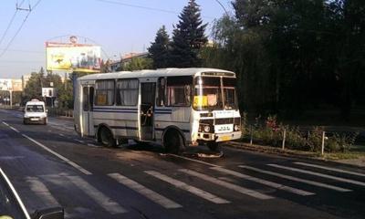 У Чернівцях зіткнулися маршрутка і навчальна машина