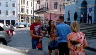 Неадекватна дівчина хуліганить під мерією у Чернівцях (ВІДЕО 18+)
