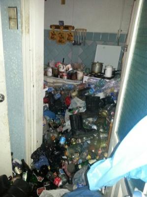 Чернівчанку, в квартирі якої виявили сміттєзвалище, госпіталізували