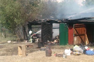 Через спалювання сухої трави на Буковині горіли три гаражі