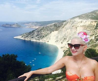 Буковинка Бужинська з чоловіком посвітили тілами на тлі грецьких краєвидів (ФОТО)