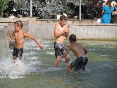 Діти масово купаються у чернівецьких фонтанах