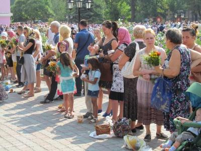 У церквах Чернівців сотні людей освячують мед та квіти (ФОТО)