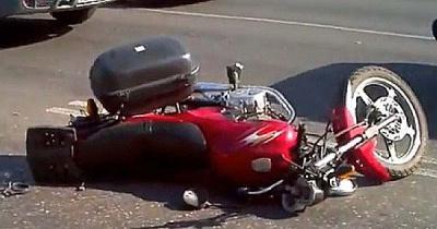 На Буковині двоє хлопців на мотоциклі врізалися в авто