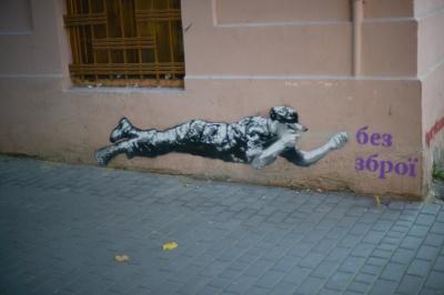 Центр Чернівців прикрашають графіті з постаттю солдата (ФОТО)