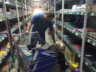 Буковинка Катерина Бужинська разом з чоловіком купує продукти сім'ям учасників АТО