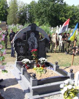 """На Буковині відкрили пам'ятник одному з лідерів """"Правого сектору"""" на Прикарпатті"""