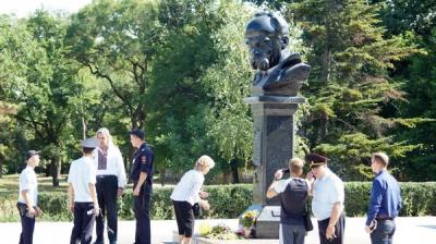 В Криму затримали двох активістів за квіти біля пам'ятника Шевченку
