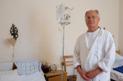 У 80 років чернівецький лікар робить складні онкологічні операції