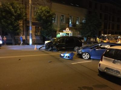 На Героїв Майдану в Чернівцях зіткнулися дві іномарки (ФОТО)