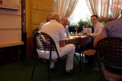 В Черновцах депутаты горсовета проводят сессию в пиццерии