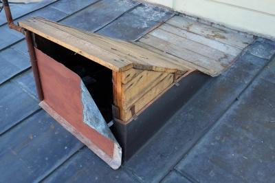 З даху драмтеатру в Чернівцях вкрали бляху (ФОТО)