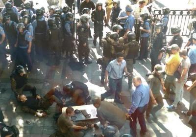 У силовиків під Радою кинули бойову гранату: близько 30 поранених (ФОТО)