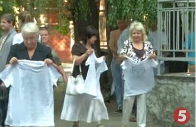 За мітинг під Радою людям роздавали гроші і футболки