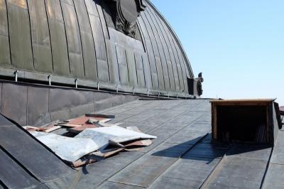 Міліція затримала крадія бляхи з даху Чернівецького драмтеатру