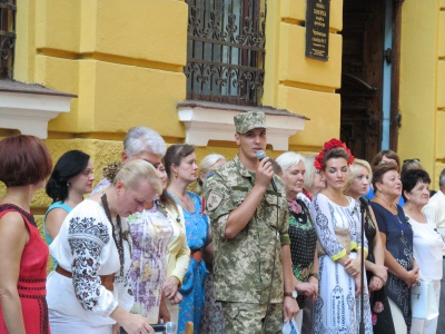 Перший дзвоник у Чернівецькій гімназії №5: право першого дзвінка надали військовому (ФОТО)