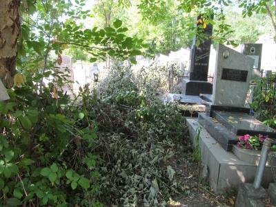На Єврейському кладовищі люди не можуть дістатися могил родичів (ФОТО)