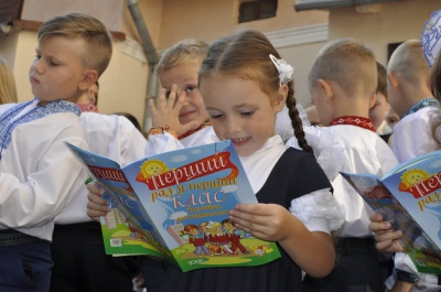 У Чернівцях на Перший дзвоник діти прийшли із солодощами для бійців АТО (ФОТО)