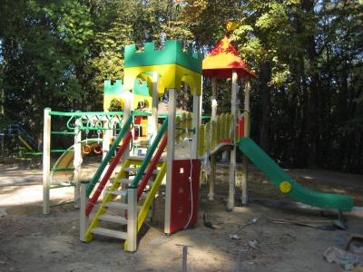 """У Чернівцях у """"Фан-парку"""" збудували дитячий майданчик (ФОТО)"""