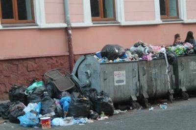 Гори сміття на Університетській в Чернівцях утворились через недбалість ЖРЕПу №6