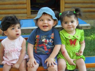 Троє малюків на Буковині залишились без батьків і шукають родину