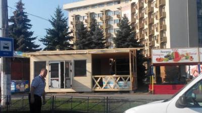 """Мэрия Черновцов попросила предпринимателя демонтировать самовольно установленный МАФ возле  """"Туриста"""""""