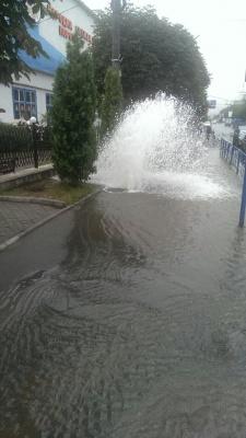 У Чернівцях прорвало гідрант - район Комарова-Головної буде без води
