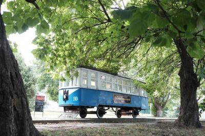Трамвай-пам'ятник у Чернівцях перетворили у кафе (ФОТО)
