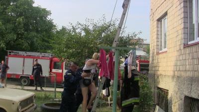 Велика пожежа в Чернівцях — людей рятували висувними драбинами з верхніх поверхів (ФОТО, ВІДЕО)