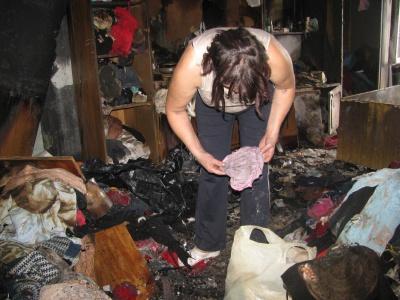 У Чернівцях у будинку, де була пожежа, досі сильно чути димом (ФОТО)