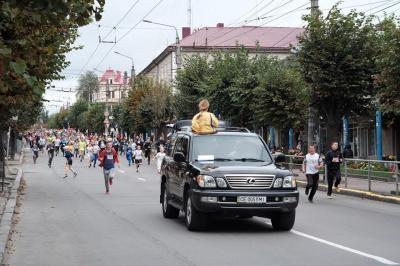 """""""Буковинську милю"""" бігли політики, чиновники і просто чернівчани різного віку (ФОТО)"""