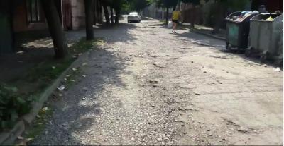 Колись заасфальтована вулиця у центрі Чернівців перетворилася на грунтову (ВІДЕО)