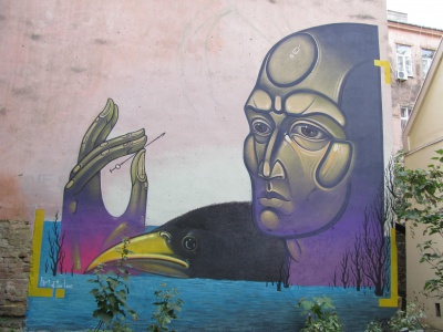 У чернівецькому дворику – сакральний малюнок всесвітньовідомого художника (ФОТО)